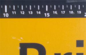 Zentimeter-Maß beim Briefmarken-Automat