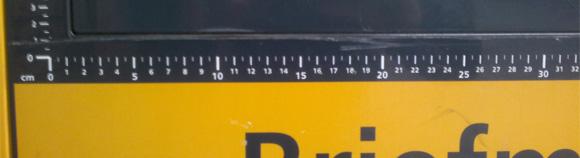 Zentimeter-Maß beim Briefmarken-Automat (Foto: Jan Uhlenbrok)